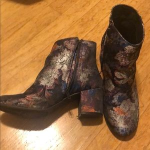 Tapestry pattern ankle boots with zip closure